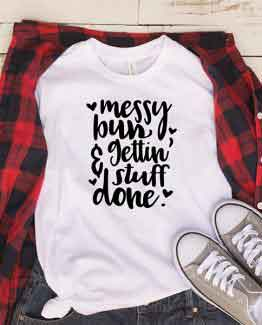T-Shirt Messy Bun And Gettin Stuff Done Mom Life by Clotee.com New Mom, Boy Mom, Cool Mom