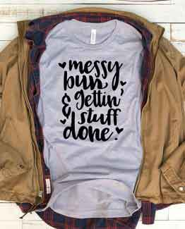 T-Shirt Messy Bun And Gettin Stuff Done Mom Life by Clotee.com New Mom, Boy Mom, Cool Mom