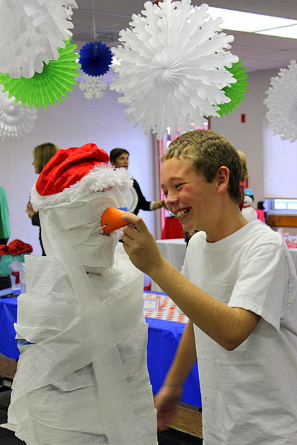 build snowman from toilet paper tissue - partywishesscv